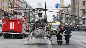 Ein Rettungshubschrauber nahe der Metrostation.