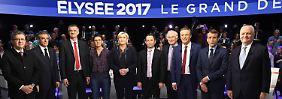 Marine Le Pen (5.v.l.) und Emmanuel Macron (2.v.r.) werden bei den Wahlen die größten Chancen eingeräumt.