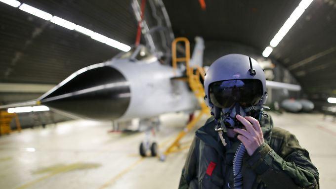 Laptop statt Kampfjet: Die Online-Spezialisten der Bundeswehr sollen das Grundgesetz mit Tastatur und Maus verteidigen.