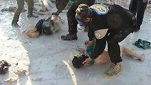 Freiwillige Helfer versorgen Anfang April ein Opfer eines mutmaßlichen Giftgasangriffs im syrischen Chan Scheichun.
