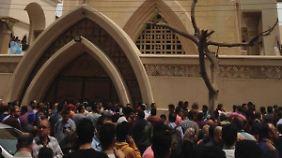 Menschen versammeln sich nach der Explosion in der koptischen Kirche von Tanta.