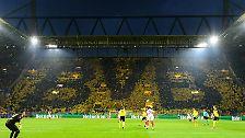 Die BVB-Fans unter den 65.849 Zuschauern im ausverkauften Stadion trieben ihr Team von der ersten Minute frenetisch an, auf der Südtribüne war das BVB-Logo zu sehen.