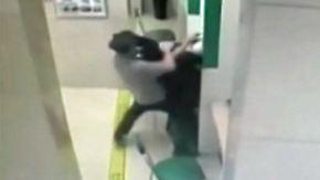 Raubüberfall mit Messer vereitelt: Bankangestellter beweist Heldenmut