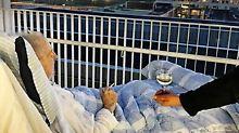Klinik erfüllt Wunsch: Ein Todkranker raucht seine letzte Zigarette