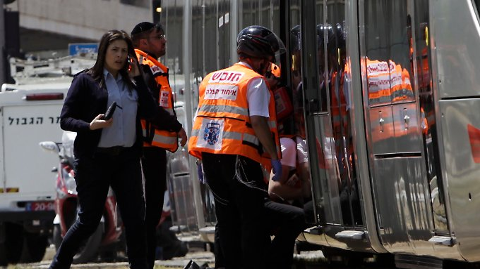 Die junge Frau wurde in einer Straßenbahn angegriffen - ein anwesender Polizist konnte den Täter überwältigen.