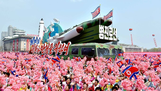Bei einer großen Parade prahlte die nordkoreanische Führung am Samstag anlässlich des 105. Geburtstags von Staatsgründer Kim Il Sung mit ihrer militärischen Stärke.