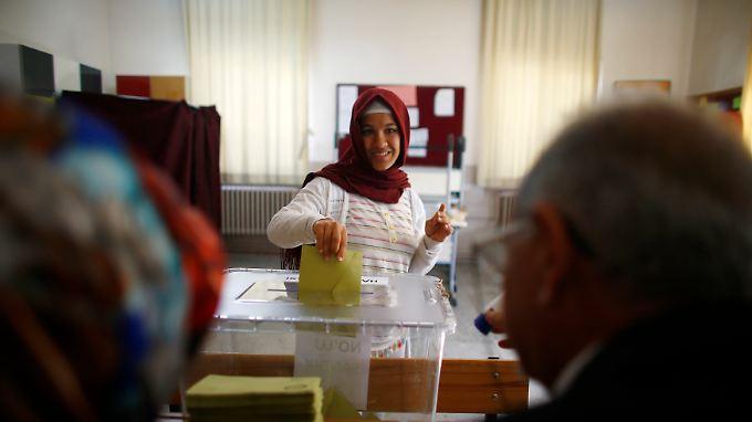 Eine Frau gibt in Izmir ihre Stimme ab.