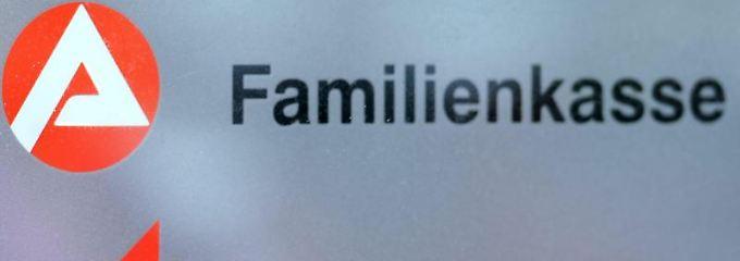 Das Kindergeld muss bei der zuständigen Familienkasse schriftlich beantragt werden.
