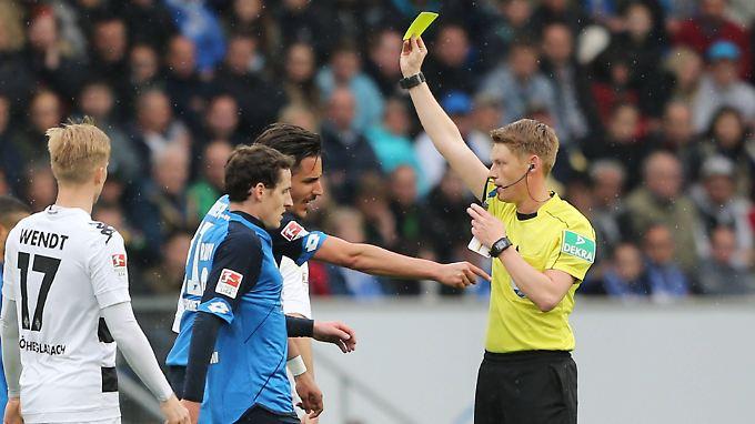 Christian Dingert hatte im Spiel der TSG Hoffenheim gegen Borussia Mönchengladbach ordentlich zu tun - und traf mehrere zweifelhafte Entscheidungen.