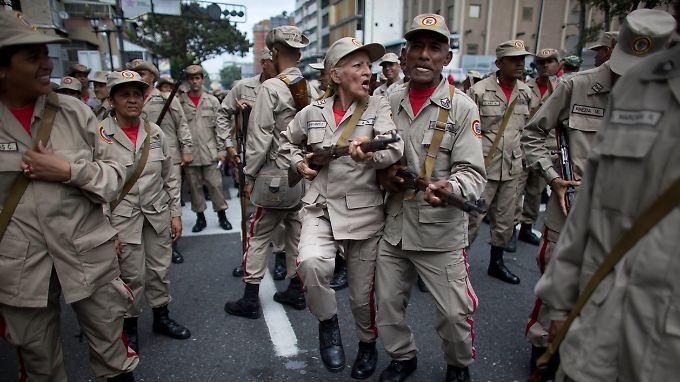 Selbst der Loyalität der eigenen Miliz kann sich Maduro nicht sicher sein. Ein interner Putsch gegen denen schwachen Präsidenten sei möglich, sagt Lateinamerika-Experte Bodemer.