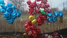 Trauernde haben Ballons und Blumen am Tatort hinterlassen.