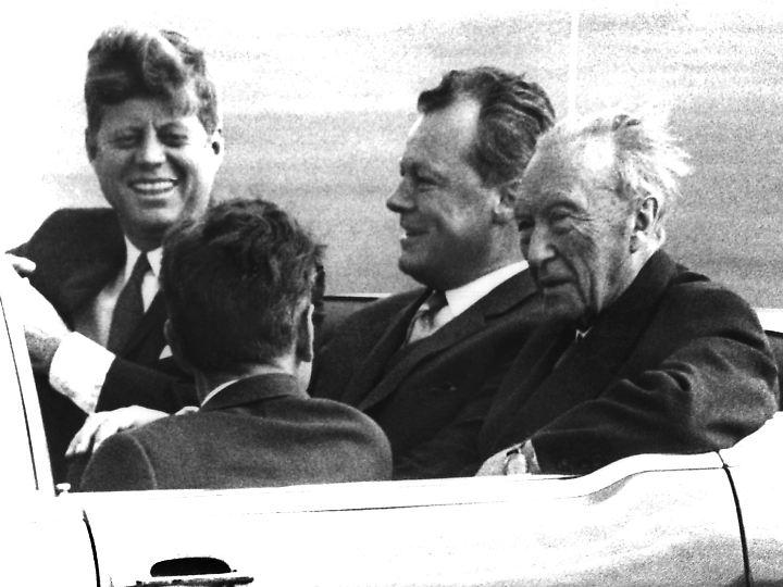 John F. Kennedy, Willy Brandt und Adenauer mit dem Auto in West-Berlin unterwegs.