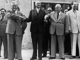 """Der Kanzler 1955 in Moskau bei den """"Sowjets"""". Rechts von ihm Nikita Chruschtschow und links Ministerpräsident Nikolai Bulganin."""