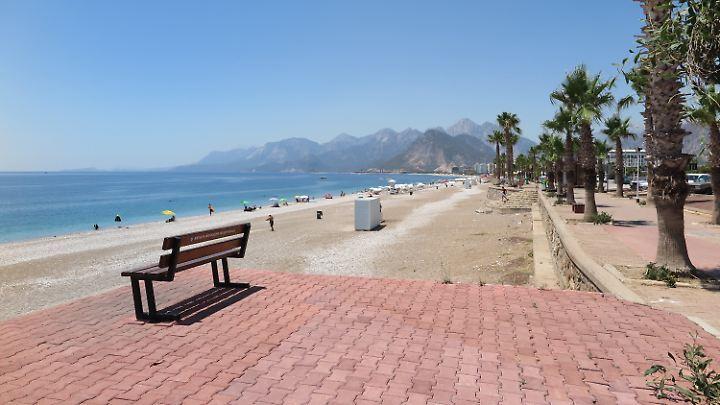LeererStrand in Antalya - die Türkei leidet unter einem Rückgang der Touristenzahlen.