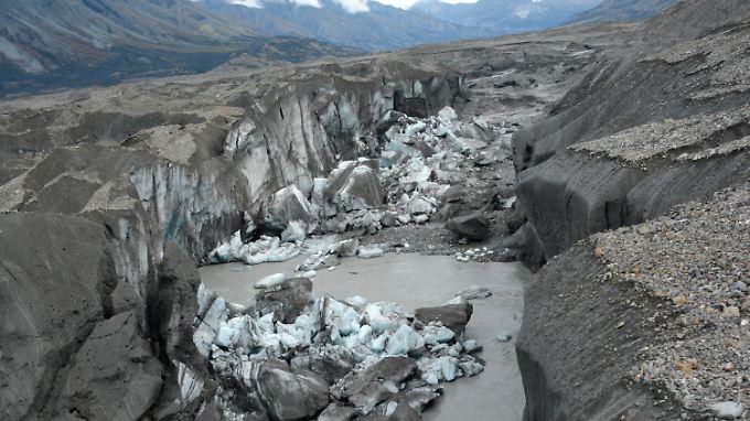 Das Foto zeigt den Canyon, der nun den Großteil des Schmelzwassers vom Kaskawulsh-Gletscher in Richtung Pazifik davonträgt.