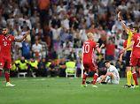 Für den FC Bayern die Szene des Spiels: Der ungarische Schiedsrichter Viktor Kassai schickt Arturo Vidal mit Gelb-Rot vom Platz.