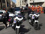 Während der Wohnungsdurchsuchung im Zusammenhang mit den Festnahmen wurde der ganze Straßenzug gesperrt.