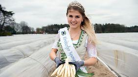 Die Kirchdorfer Spargelkönigin Sarina Kynast waltet ihres Amtes.