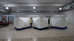 Hinter diesen Sichtschutzwänden müssen sich die abgelehnten Asylbewerber vollständig entkleiden und werden dann durchsucht.