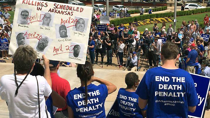 Im US-Bundestaat Arkansas protestieren Menschen gegen acht geplante Hinrichtungen binnen zehn Tagen.