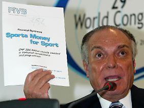 Ruben Acosta trat im Jahr 2004 aus dem Internationalen Olympischen Kommitee (IOC) zurück - zwei Tage, bevor die Ethikkommission einen Ausschluss wegen veruntreuter IOC-Gelder hätte vorlegen können. FIVB-Chef blieb er bis 2008.