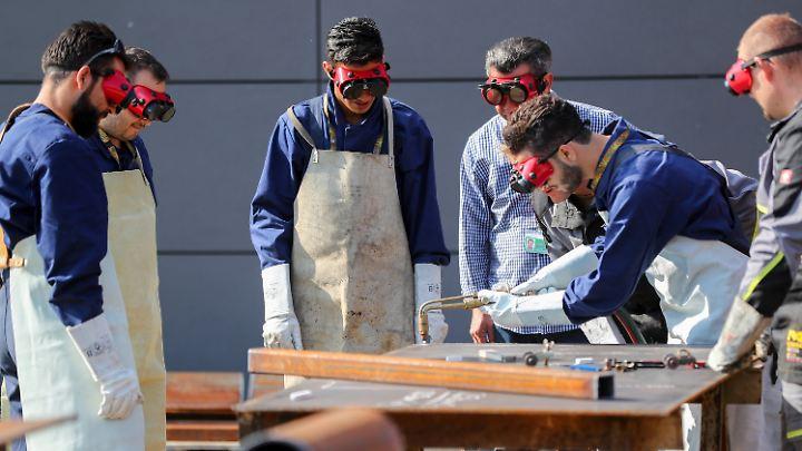 Die verstärkte Förderung von Flüchtlingen zahle sich aus, vermuten Nürnberger Arbeitsmarktforscher.