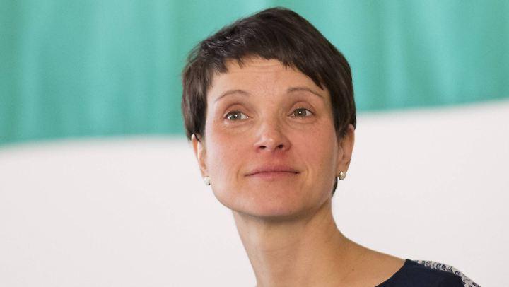 Frauke Petry kann jetzt abwarten, was nach ihrem unerwarteten Rückzug in der Partei passiert.