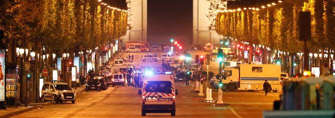 Paris gestern Abend: Die Polizei sichert die Champs Elysees.