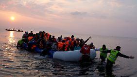 Vor einem Jahr sah die Lage noch ganz anders aus: Flüchtlinge erreichen im März 2016 die griechische Insel Lesbos.
