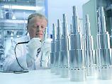 Ein Mitarbeiter von Pfeiffer Vacuum bei der Bearbeitung von Rotorwellen für Turbopumpen.