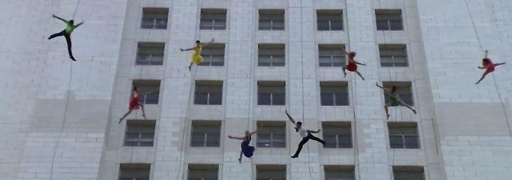"""Vor Hochhausfassade in Los Angeles: Tänzer wirbeln zur Musik von """"La-La-Land"""" durch die Luft"""