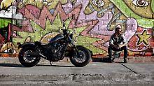 Wer mit seinem Bike Bäume ausreißen will, der wird mit der Honda CMX500 Rebel Probleme bekommen.