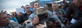 Auch bei Kundgebungen der AfD gibt es Fälle von Übergriffen auf Journalisten - wie hier in Berlin.