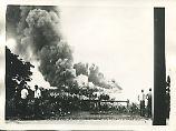 Fassungslos begutachten diese Männer die Zerstörung im Hafen Darwins.