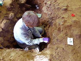Becky Miller sammelt Sediment in der belgischen Höhle Trou Al·Wesse.