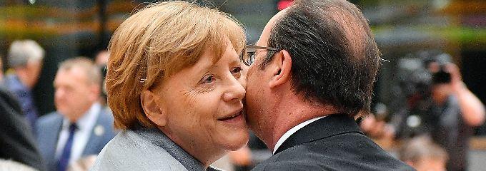 Küsschen für den scheidenen französischen Präsidenten: Merkel und Hollande, der letztmals in der Funktion an einem EU-Gipfel teilnahm.