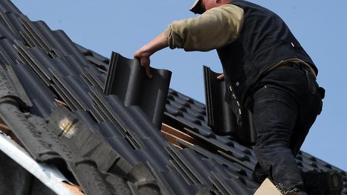 Nach 30 Jahren ist es kein Wunder, wenn Dachziegel gerissen oder locker sind und sogar fehlen.