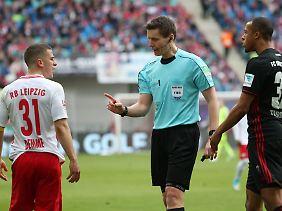 Nicht ganz unschuldig: Daniel Siebert, hier mit Leipzigs Diego Demme und dem Ingolstädter Marcel Tisserand.
