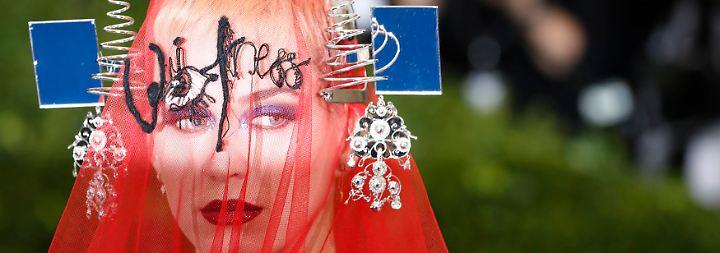 Met-Gala in New York: Promis laufen in schönen bis schrecklichen Roben auf