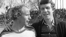Ein kurioses Spiel 1978: BVB-Trainer Otto Rehagel im Gespräch mit Gladbach-Spieler Berti Vogts - zur Halbzeit bereits 8:0.