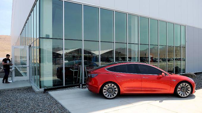 Tesla hatte Grohmann im vergangenen Jahr übernommen, um den Wandel zum Massenhersteller zu vollbringen.