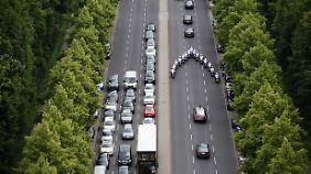 Häufig wird die Straße auch für Eskorten gesperrt. Der Rückstau in dieser Zeit ist gigantisch.