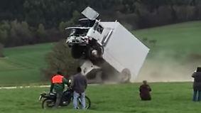 Juristisches Nachspiel für Organisatoren: Lkw-Fahrer bei inoffiziellem Test von Antiterror-Sperre schwer verletzt