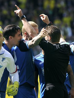 Elfmeter für den BVB: Die Hoffenheimer Oliver Baumann, Benjamin Hübner und Kevin Vogt sind nicht mit Felix Brychs Entscheidung einverstanden.