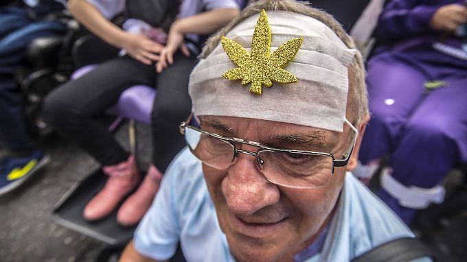 """Aktivist bei einer """"Hanfparade"""" in Brasilien zur Legalisierung von Marihuana."""