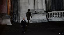 Frankreich nach der Wahl: Ein Mann sieht seinen Schatten