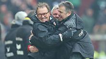Sie haben wieder viel Spaß beim FC St. Pauli - und Grund dazu: Cheftrainer Ewald Lienen (l.), Geschäftsführer Andreas Rettig (r.) und Co-Trainer Olaf Janßen.