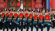 In diesem Jahr sorgt das schlechte Wetter dafür, dass die beliebte Parade von Militärflugzeugen ausfällt. Eine Änderung des Zeremoniells bei der Parade ist selten.