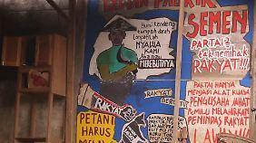 """An der Tür eines Versammlungsraums der Bauern steht gemalt: """"Nein zur Zementfabrik""""."""