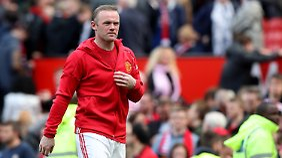 Irgendwann darf er das Jäckchen dann doch ausziehen: Wayne Rooney hat bei José Mourinho einen schweren Stand.
